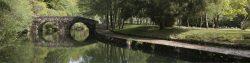 río con puente de piedra en Galicia